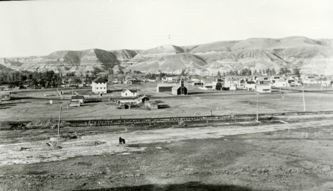 The town of Drumheller in 1916. The discovery of coal and fossils in the valley shaped the economic growth of the town.